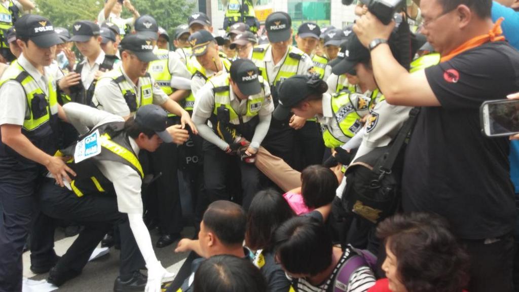 '416 광화문 국민농성단' 기자회견 후 시민들을 끌어내는 경찰